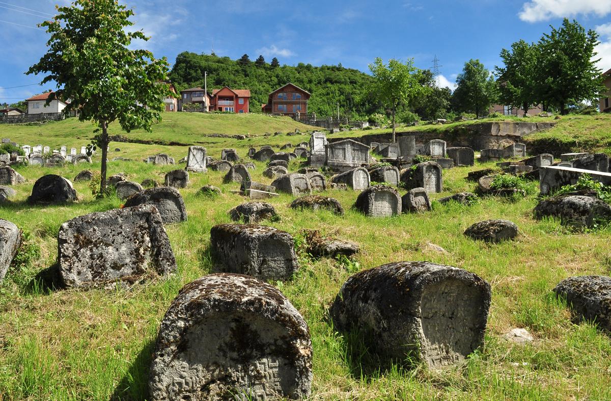 Uma perspectiva geral do cemitério num cenário primaveril